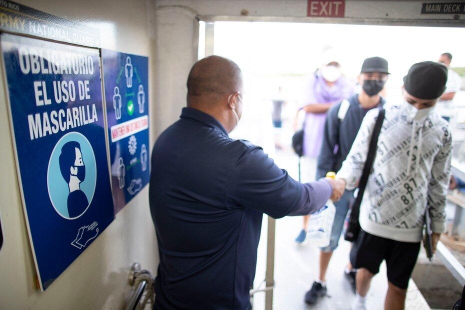 El personal del ferry recibio a los pasajeros siguiendo estrictos protocolos para minimizar la posibilidad de contagios.