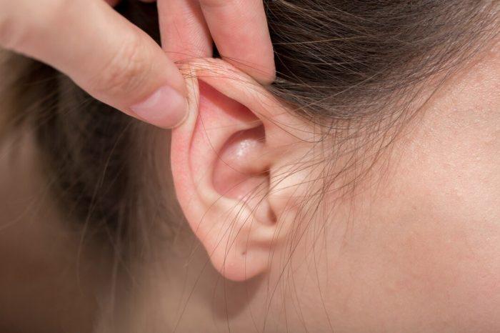 Algunos pacientes dicen que el COVID-19 les dejo un zumbido en los oidos