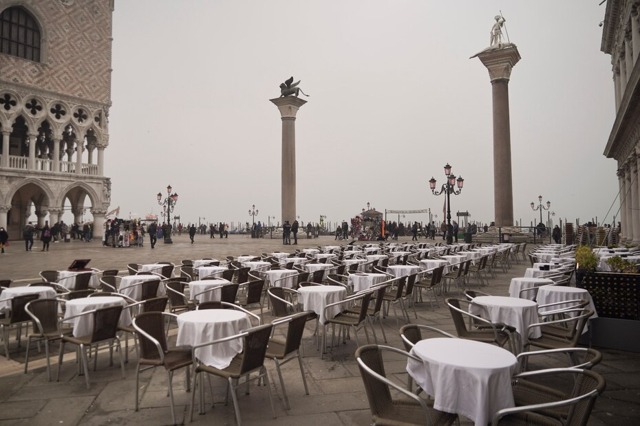 Mesas vacias en la Plaza de San Marcos, en Venecia, Italia, el martes 25 de febrero de 2020. El numero de enfermos por el nuevo coronavirus en Italia dio un salto del 45% en las ultimas 24 horas.