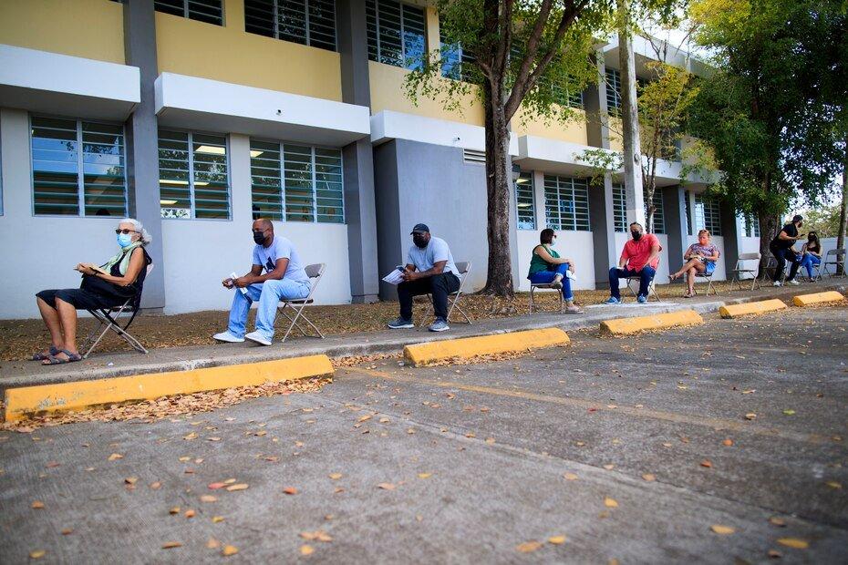 El ayudante general de la Guardia Nacional de Puerto Rico, el general Jose Reyes, indico que, en Vieques, de los 1,800 ciudadanos elegibles para la vacunacion, 1,096 han recibido las dos dosis de la vacuna. Mientras, a 400 solo se les ha administrado la primera dosificacion.