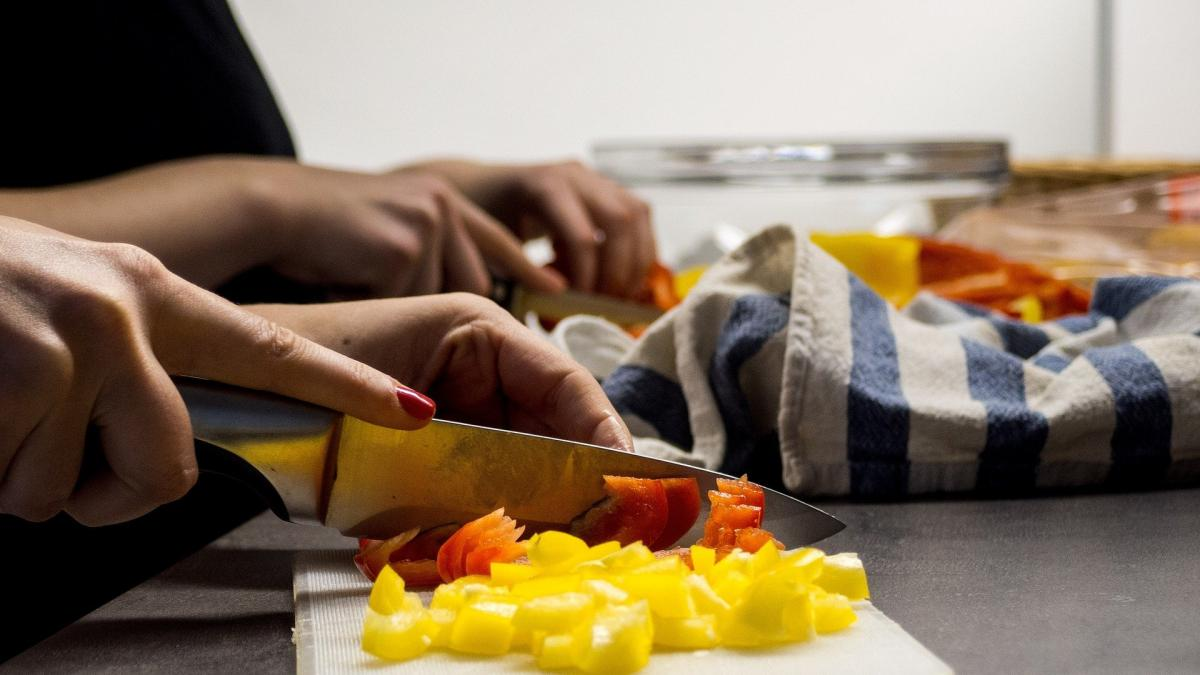 Asi puede afectar a la salud no lavar los cuchillos con los que cortamos alimentos crudos