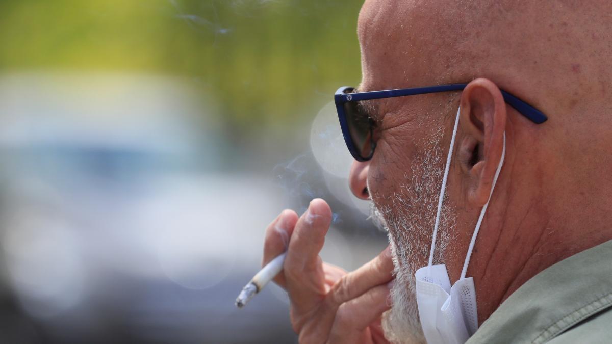 """""""Fumar no puede ser una excepcion"""": piden que los fumadores no se quiten la mascarilla ante la 'nueva normalidad'"""