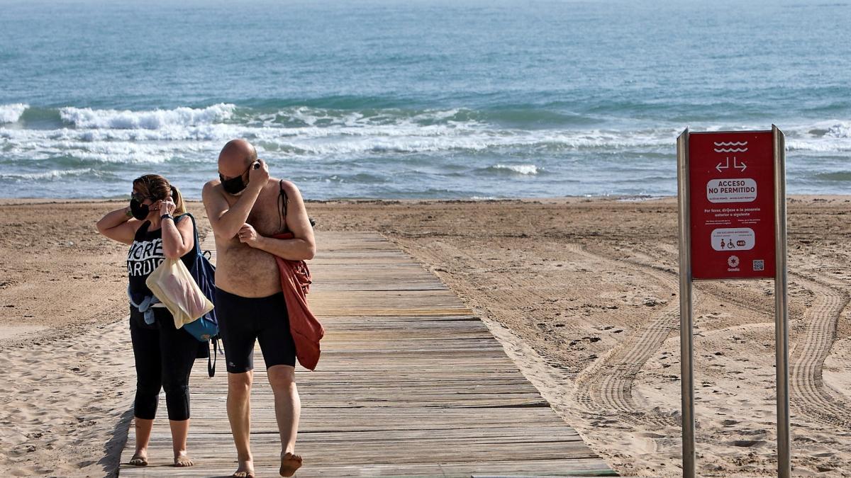 Las razones de salud que exponen los dermatologos para desaconsejar el uso de mascarillas en la playa