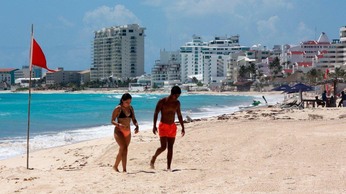 Miles de mexicanos relajan prevencion, pese a llamado a evitar tercera ola de contagios