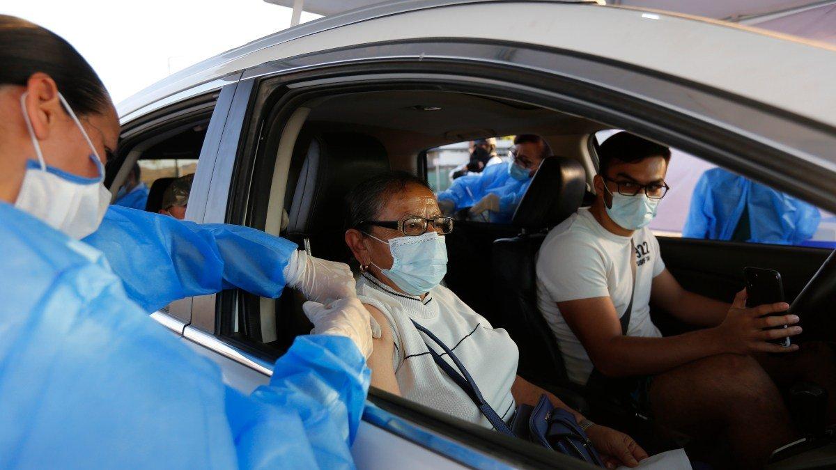 Centro de vacunacion desde el auto inicia operaciones en Mexico