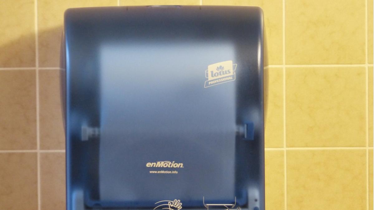 Cuidado en los baños publicos: los secadores de manos por aire propagan mas bacterias que las toallas de papel