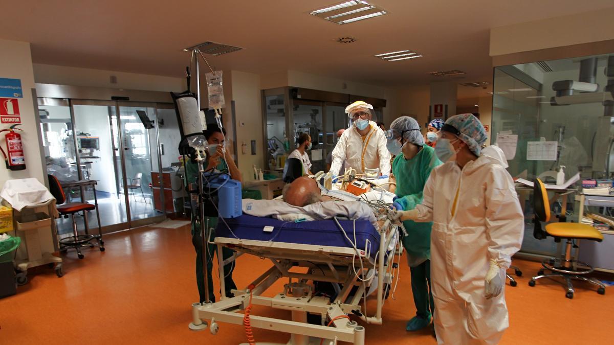Dos de cada diez medicos y tres de cada diez enfermeros españoles eran reticentes a vacunarse en la segunda ola