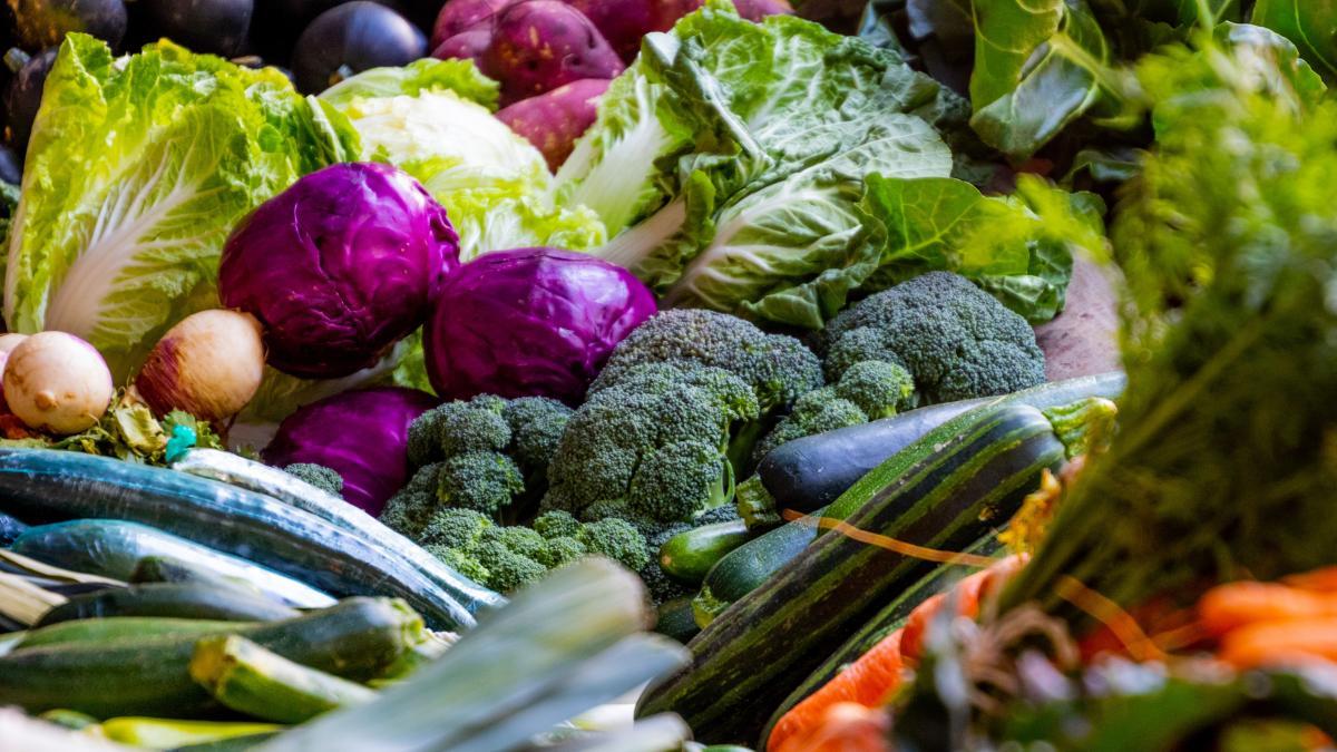 Estos son los alimentos que ayudan al buen funcionamiento de los riñones y otros que los perjudican