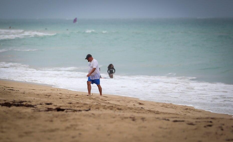 Aun asi algunos puertorriqueños no se amedrentaron y disfrutaron del mar durante este Viernes Santo.