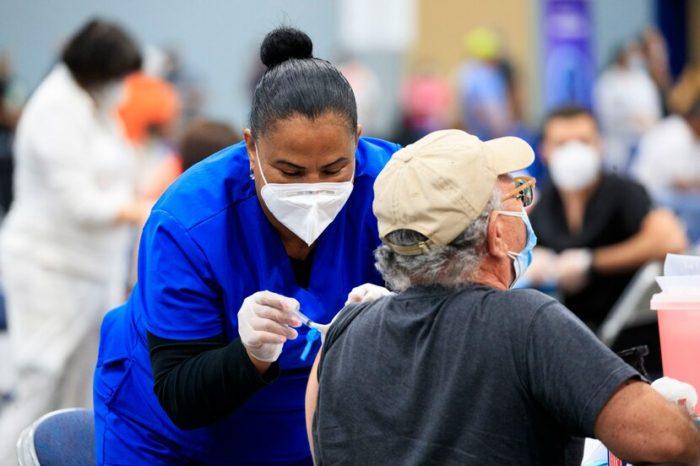 Salud reitera que las personas deben tener cita para acudir a vacunacion masiva en el Centro de Convenciones