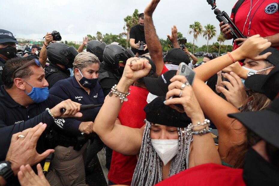 El Movimiento Socialista de Trabajadores de Puerto Rico se manifesto a la entrada del Aeropuerto Internacional Luis Muñoz Marin en Carolina para exigir el cierre de la terminal para reducir los contagios por el covid-19. La protesta culmino con el arresto de su lider Ricardo Santos Ortiz tras ser acusado de agredir a un oficial de la Policia de Puerto Rico.