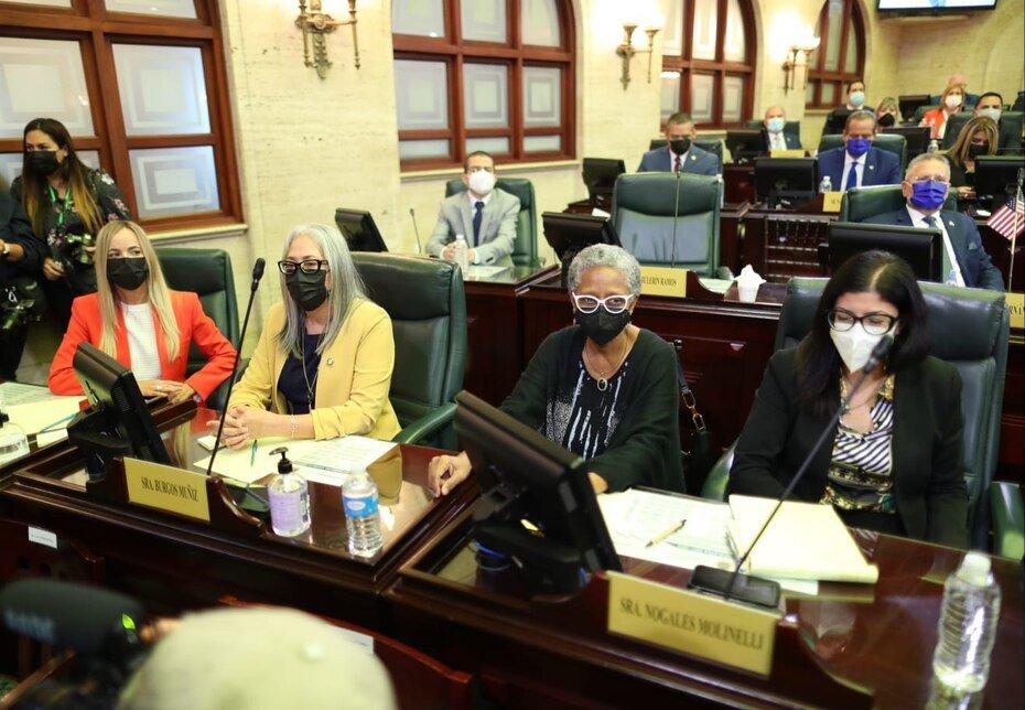 Las legisladoras (de izq. a der.) Joanne Rodriguez Veve, Lisie Janet Burgos Muñiz, Ana Irma Rivera Lassen y Mariana Nogales durante el mensaje de Pierluisi.