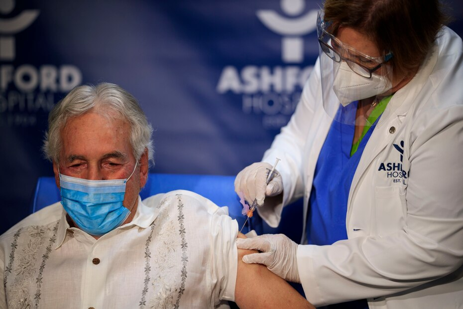 El doctor Manuel Velilla, ginecologo facultativo mayor de 75 años, fue escogido para colocarse la vacuna por su riesgo de edad ante el COVID-19.