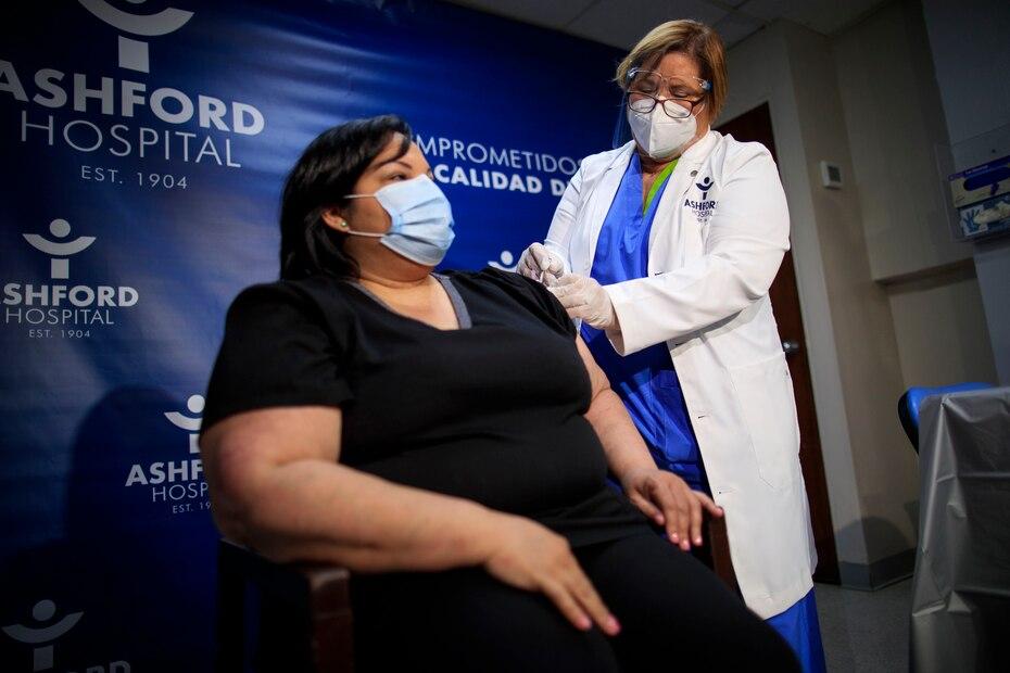 El 15 de noviembre de 2020, la epidemiologa Hilda Aleman administro la primera vacuna contra el COVID-19 en Puerto Rico a la terapista respiratoria Yahaira Alicea.