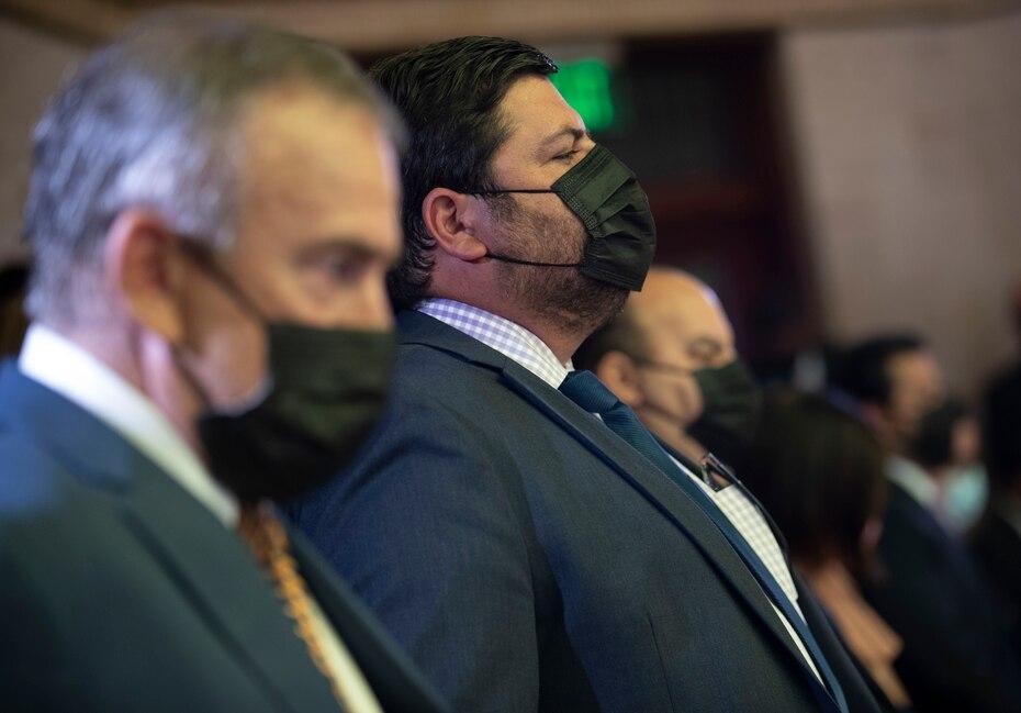 El designado secretario del Departamento de Salud, Carlos Mellado (centro), escucha el mensaje del gobernador Pierluisi junto al director del Departamento de Desarrollo Economico y Comercio (DDEC), Manuel Cidre (izq.).