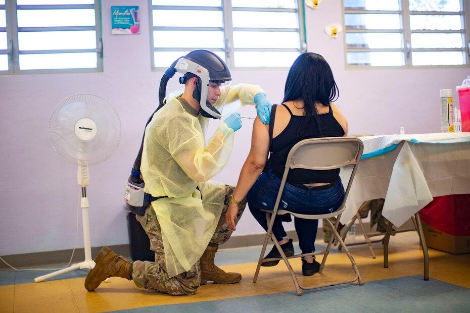 """Preciso que el lunes comenzaron a vacunar a todas las personas mayores de 18 años en la escuela Maria Simons, pero que """"no ha llegado la gente que esperabamos"""". Por ejemplo, ese dia esperaban a 1,000 personas, pero solo llegaron sobre 500."""