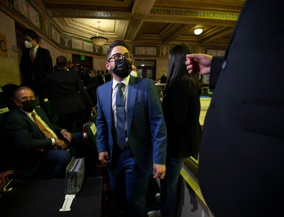El secretario del Departamento de Hacienda, Francisco Pares Alicea, tambien hizo acto de presencia en las gradas del hemiciclo.