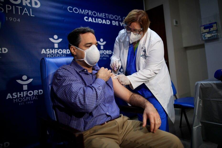 El urologo Roberto Carlo fue otra de las primeras personas vacunadas contra el COVID-19 en Puerto Rico.