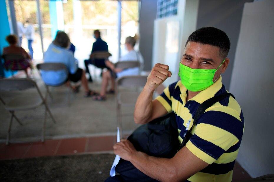 El excampeon junior mosca de la Organizacion Mundial de Boxeo (OMB) y viequense Nelson Dieppa dijo presente en la actividad de vacunacion.