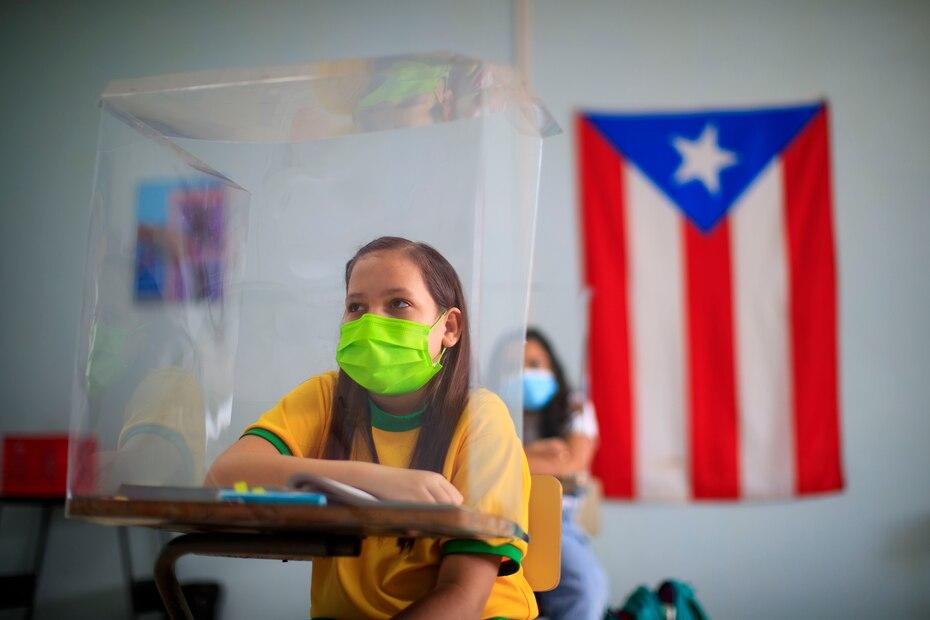 Tras casi un año tomando clases a distancia, el gobernador Pedro Pierlusi permitio la apertura de las escuelas y colegios de Puerto Rico a partir del 3 de marzo de 2021.