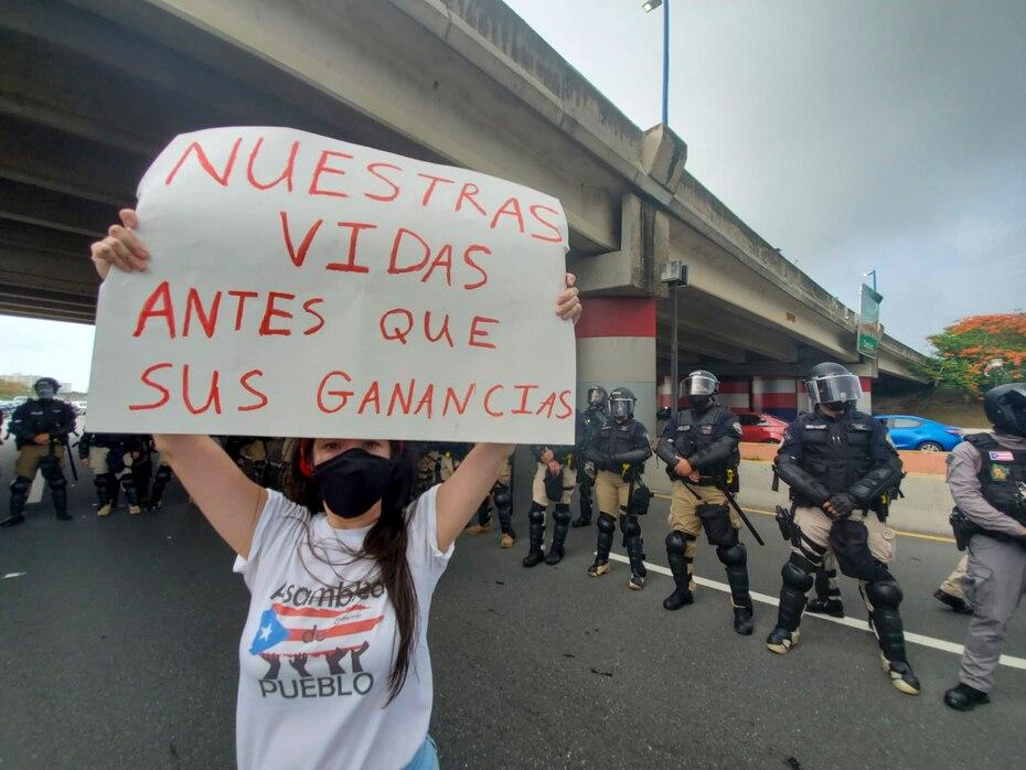 La via de acceso al aeropuerto fue interrumpidaprotesta afectando el trafico de vehiculos. Sin embargo, oficiales del cuerpo de la Policia de Puerto Rico establecieron un perimetro de control.