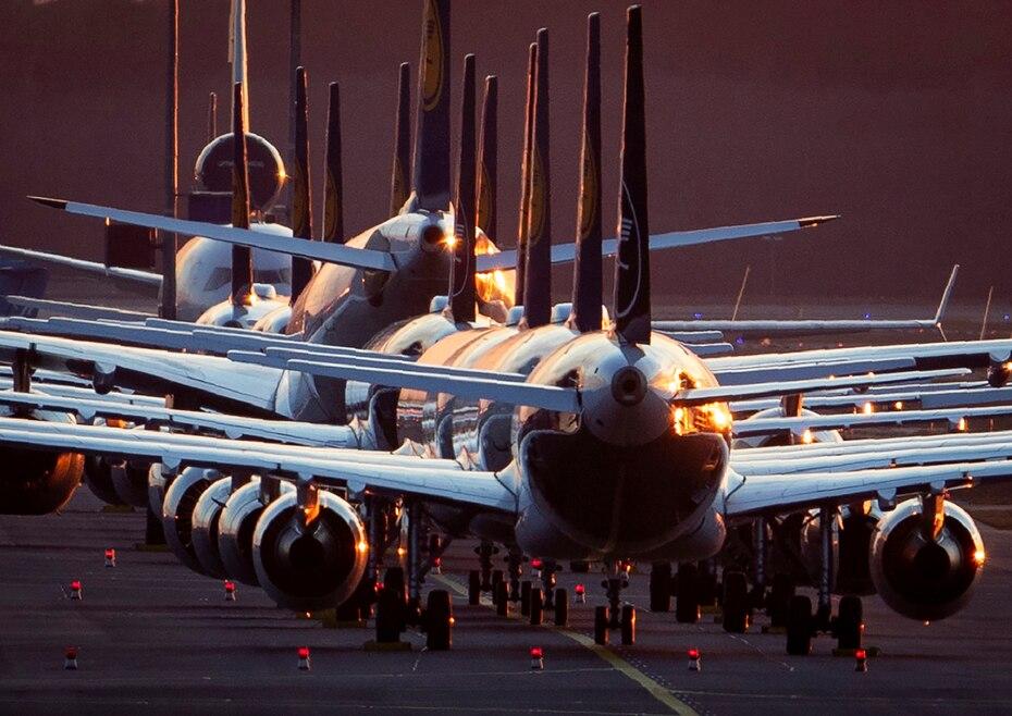 Aviones detenidos en los aeropuertos. El nuevo virus provoco que los viajes se cancelaran o se limitaran en algunos lugares para casos especiales.