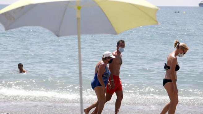 Sanidad matiza el uso de mascarillas en la playa: ¿que excepciones deja? ¿debe ponerse al pasear o en el chiringuito?