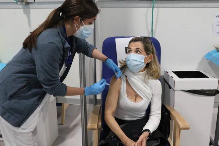 Grandes diferencias en la vacunacion a mayores: Andalucia inmuniza el 37% mas que Cataluña