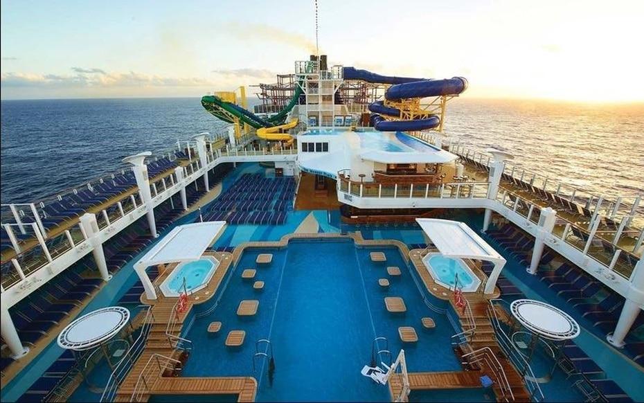 Norwegian Escape | De Norwegian Cruise Line. Mide 1,069 pies de largo y soporta hasta 4,266 pasajeros. Los aficionados a los cigarros tienen un Lounge exclusivo para su disfrute. (NCL)