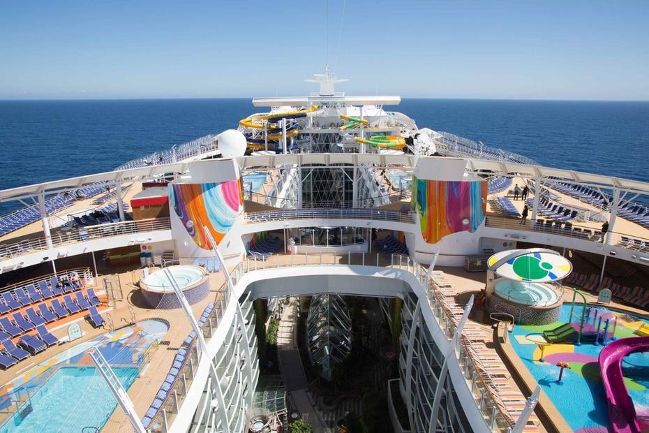 Symphony of the Seas | Pertenece a Royal Caribbean. Hasta la fecha es el mas grande del mundo con 1,188 pies de longitud y capacidad para 6,680 pasajeros. Tiene 22 restaurantes y 24 piscinas. (GFR Media)
