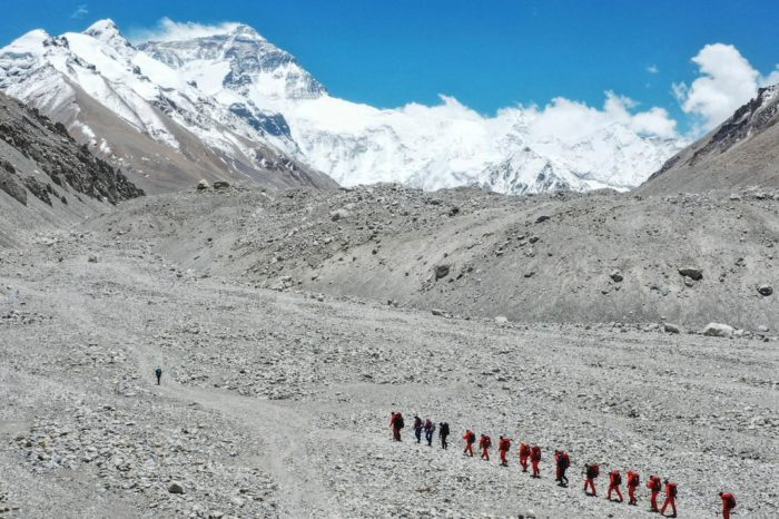 China cancela permisos para escalar al Everest para evitar casos de COVID-19
