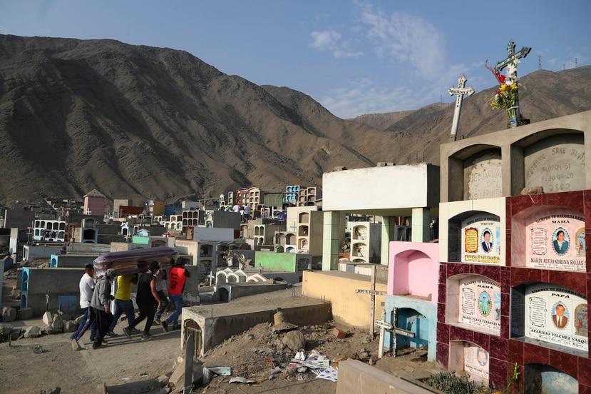 Los cementerios en Peru estan al borde del colapso ante un subito aumento en muertes por COVID-19