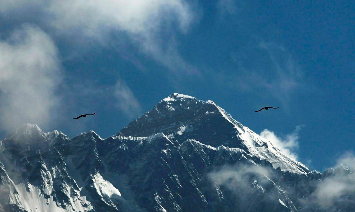 Alpinistas suben el Monte Everest a pesar de casos del COVID-19
