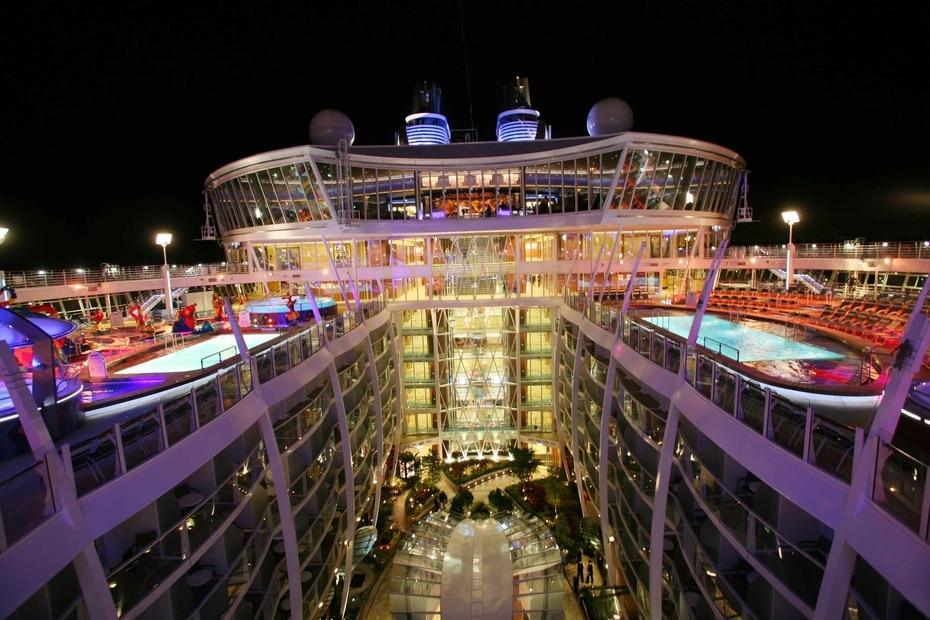 Allure of the Seas | De Royal Caribbean. Su lanzamiento fue en el 2010. Tiene capacidad para 6,687 personas y mide 1,187 pies de largo. Tiene 25 restaurantes.(GFR Media)