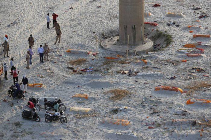 Policia en India encuentra cuerpos en rios en brote de COVID-19