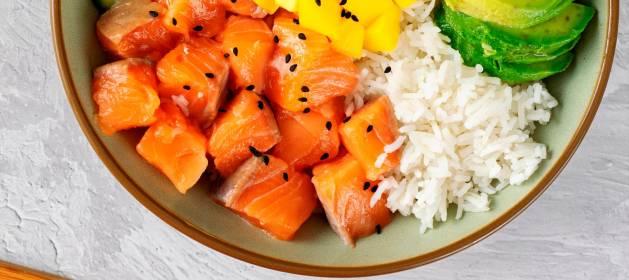 La sabrosa y saludable ensalada de salmon, frutas y arroz con aires hawaianos
