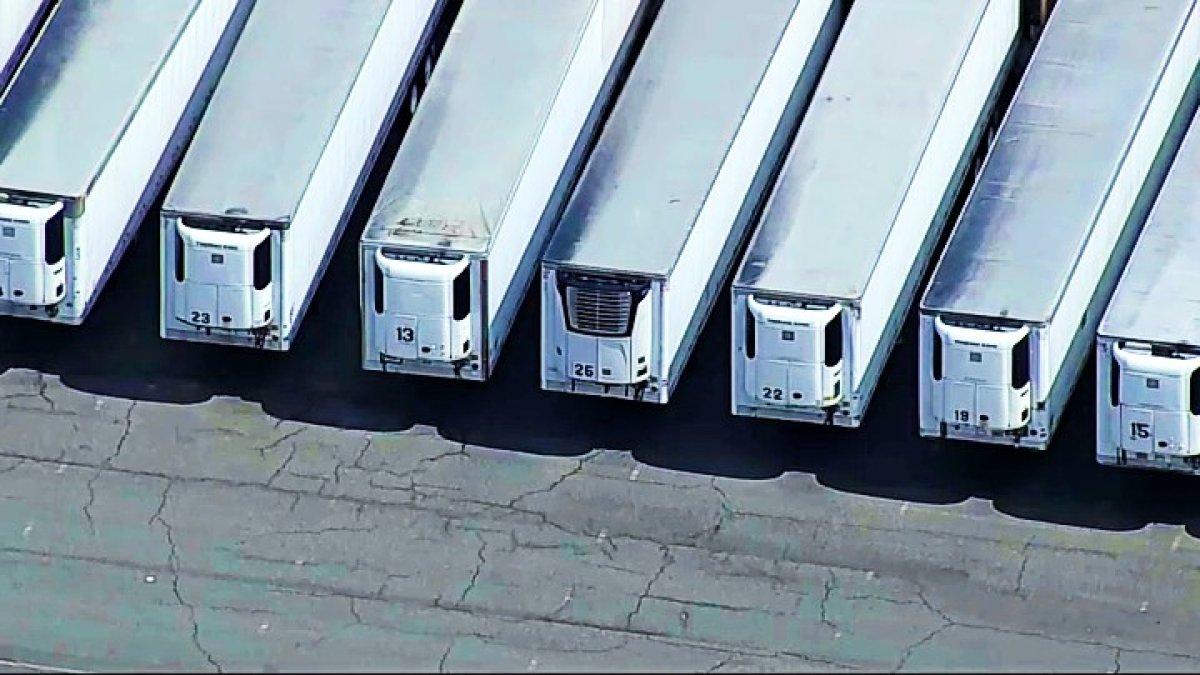 Los cuerpos de 750 victimas del COVID-19 en NY siguen en camiones refrigerados