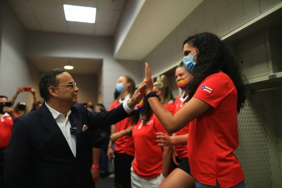 Antes del concierto, Gilberto Santa Rosa compartio con las integrantes de la Seleccion de Baloncesto femeino que clasifico a los Juegos Olimpicos en Tokio, Japon.