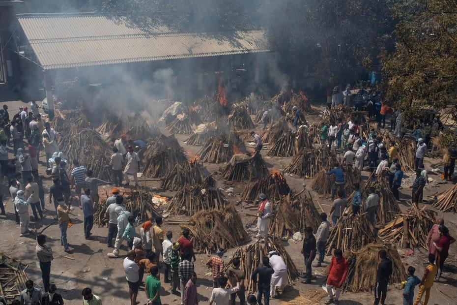 La cifra de victimas mortales en el pais asciende a 197,894, por detras de las registradas en Estados Unidos, Brasil y Mexico. En la foto, un crematorio masivo.