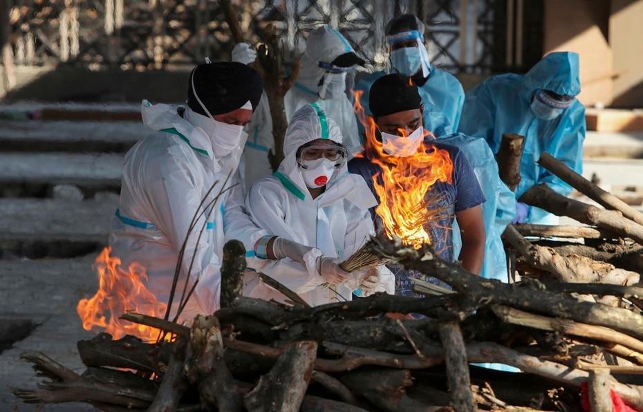 Ante el colapso de las funerarias, muchas personas recurren a instalaciones improvisadas para entierros y cremaciones masivas por la saturacion de las funerarias.