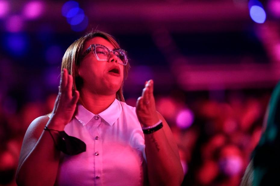 Una fan de Gilbertito se disfruta el concierto.