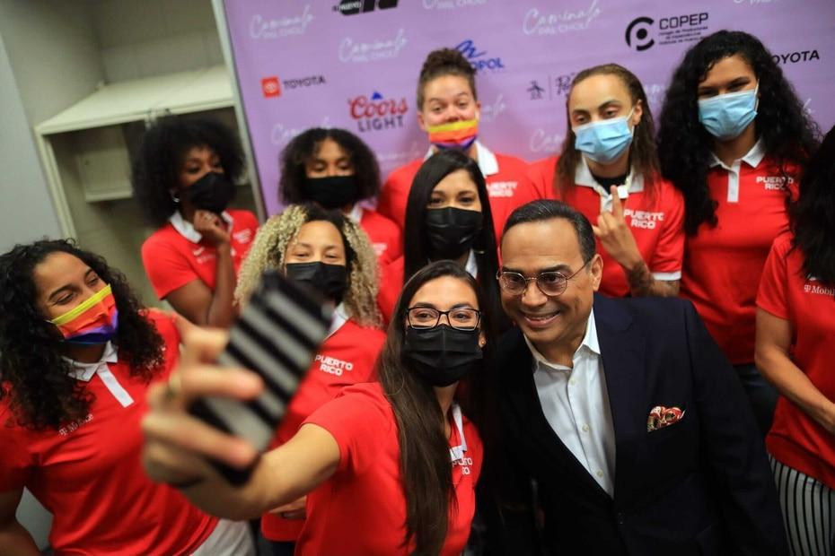 Las integrantes de la Seleccion de Baloncesto femenino aprovecharon la ocasion para tomarse selfies con el artista.