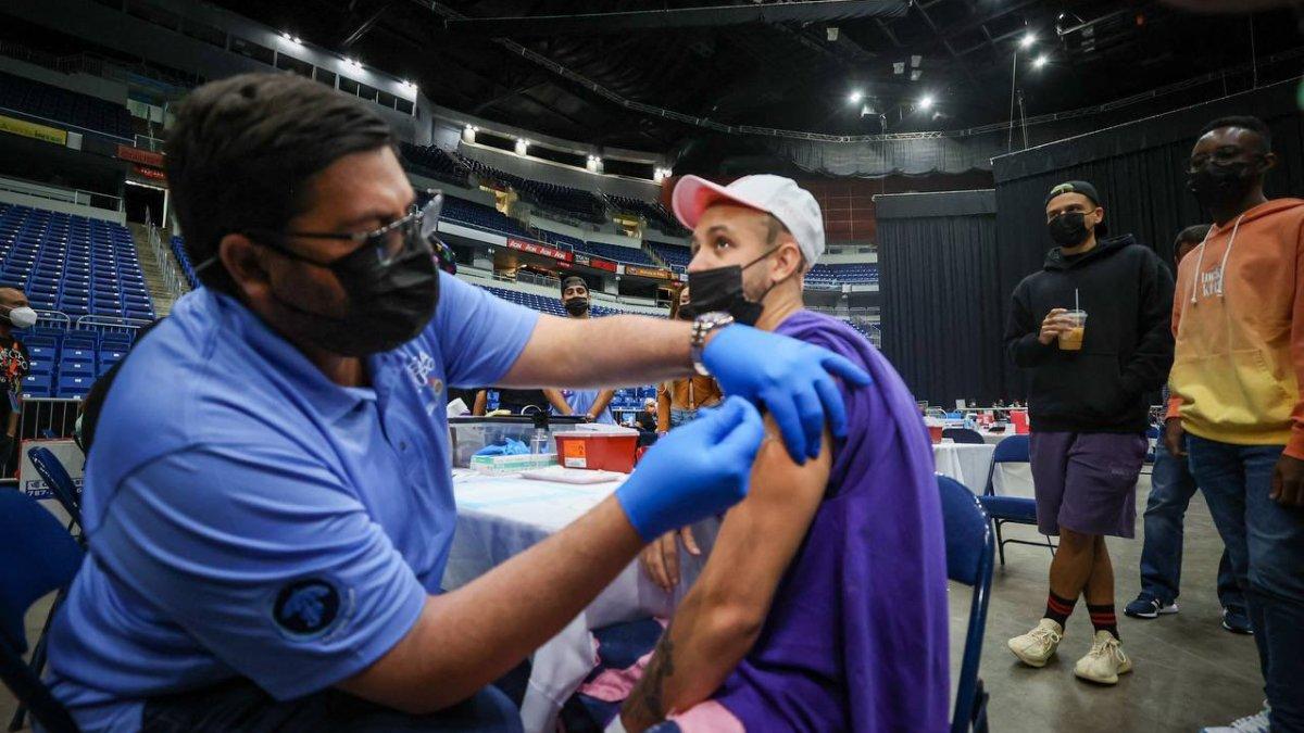 Sobre mil personas se vacunan contra el COVID-19 en eventos a traves de la Isla