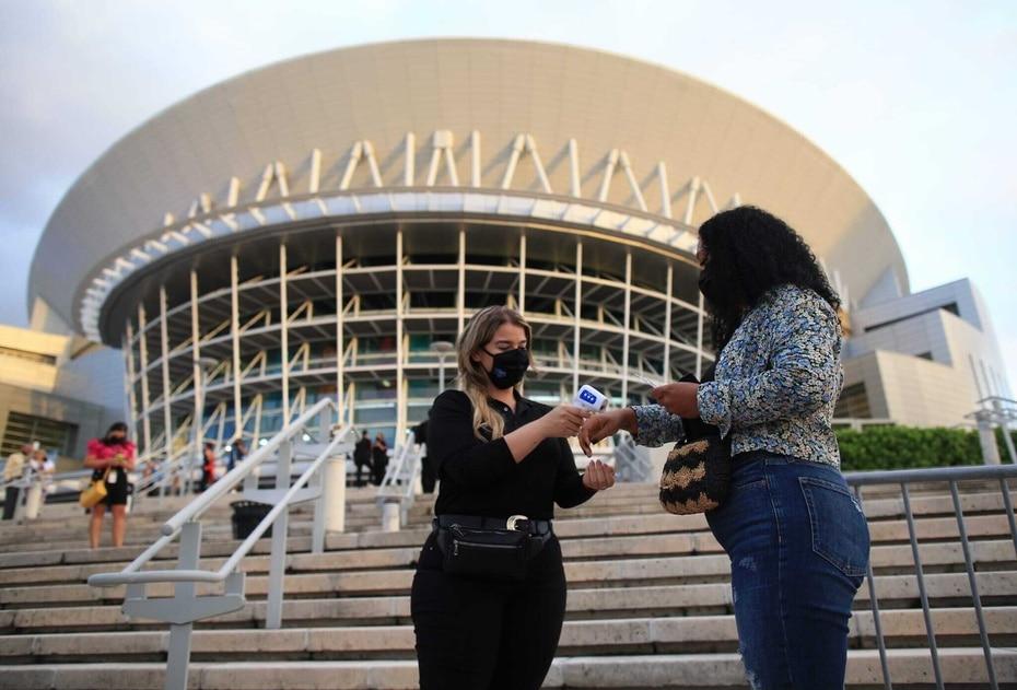 El veterano salsero Gilberto Santa Rosa tuvo a su cargo el primer concierto en el Coliseo de Puerto Rico Jose Miguel Agrelot desde que el recinto cerro sus puertas, en marzo de 2020, a causa de la pandemia de COVID-19.