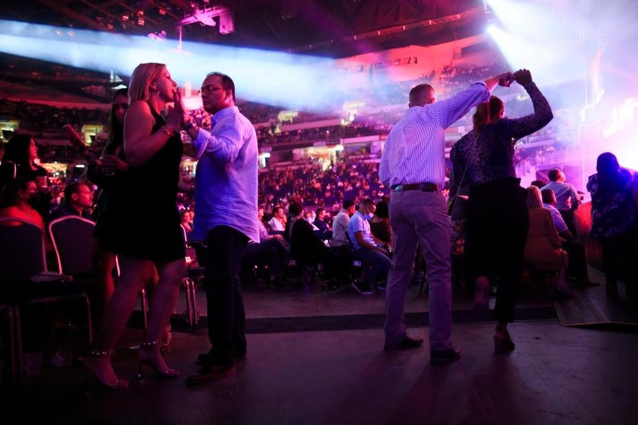 Unas siete mil personas –la cantidad maxima permitida en la actual orden ejecutiva que limita los coliseos a una capacidad maxima de un 50%- cantaron, bailaron y rieron durante el evento.