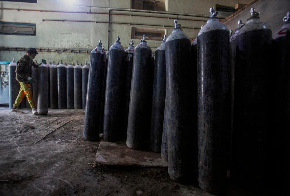 India tambien empezo a trasladar por aire tanques de oxigeno a los estados que los necesitan.