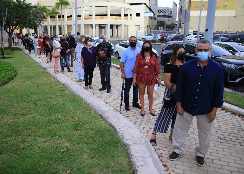 El publico comenzo a hacer fila desde temprano en la tarde debido a los protocolos de seguridad y salubridad adoptados tanto por el Coliseo de Puerto Rico como por los organizadores del concierto.