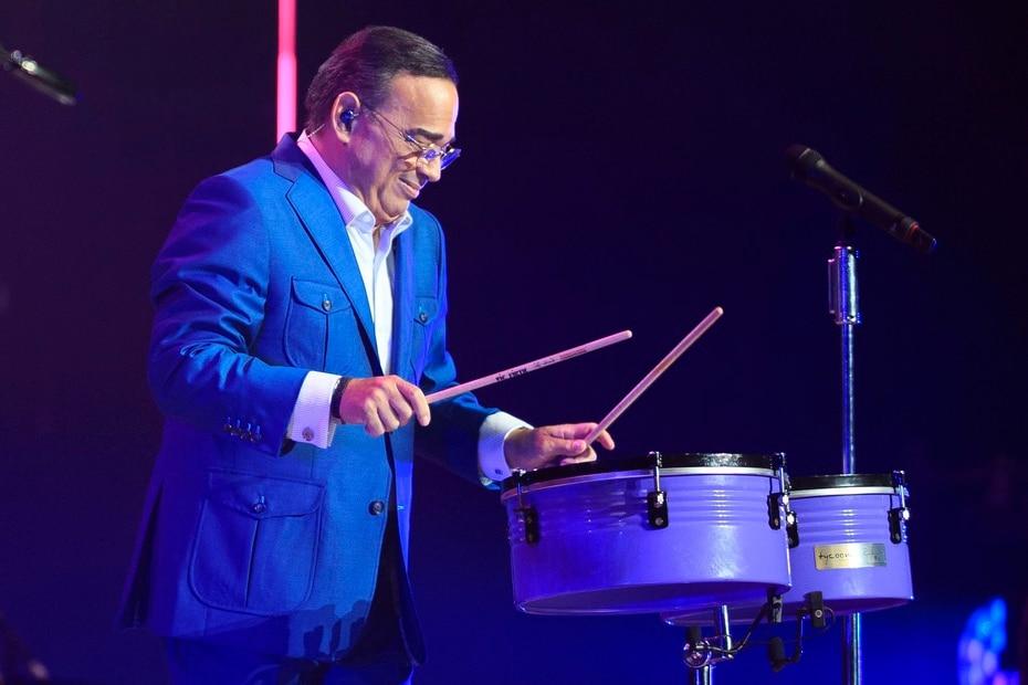 Gilberto Santa Rosa toca timbales durante su participacion en el concierto