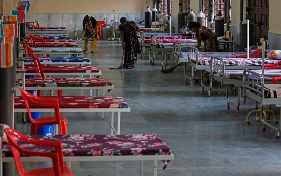 Las autoridades indias estan recurriendo a usar vagones de tren como salas de aislamiento ante la escasez de camas en los hospitales.