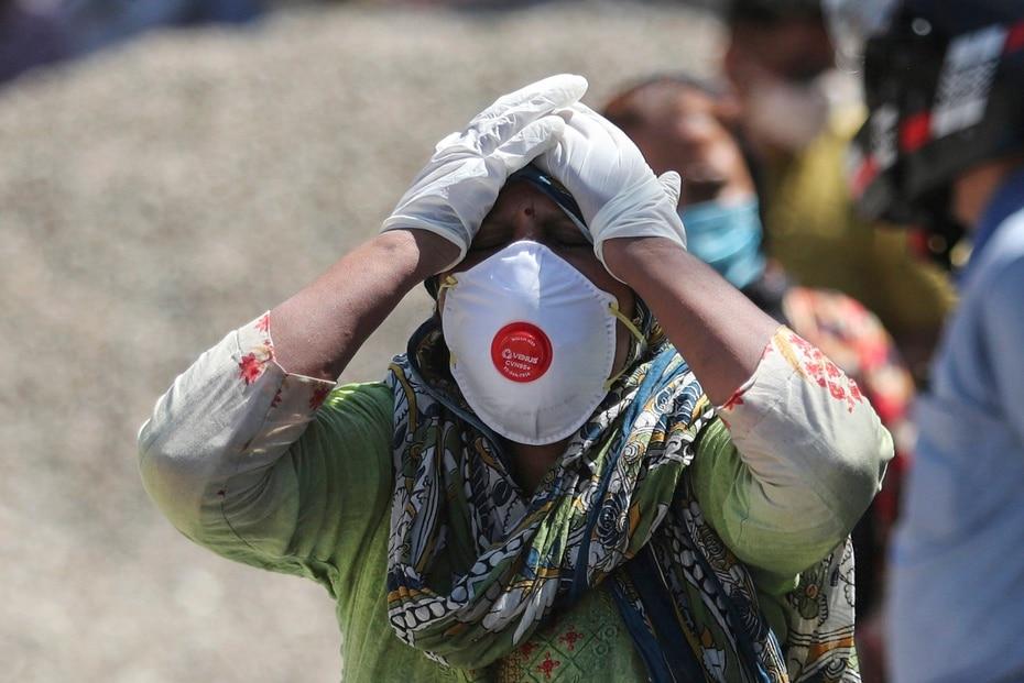 El Ministerio de Salud indio reporto tambien 2,771 decesos en las ultimas 24 horas. En la foto, un familiar de una persona fallecida a causa del coronavirus se lleva las manos a la cabeza.